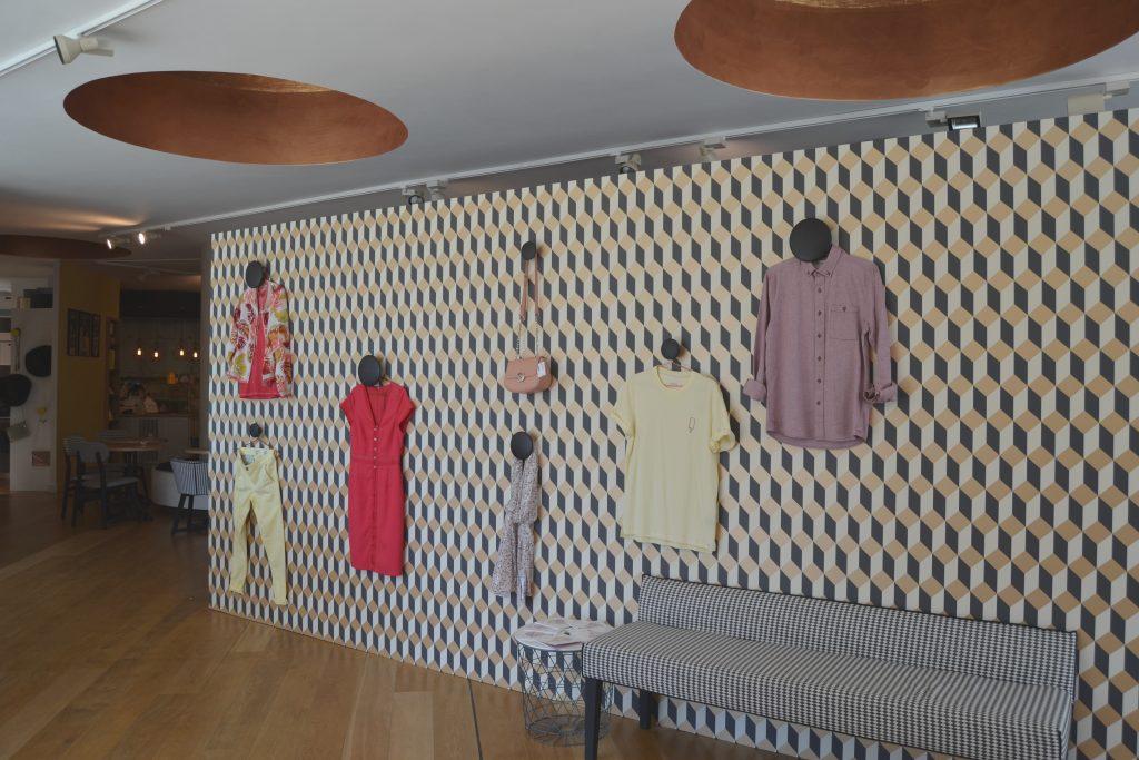 Photo d'un mur avec des vêtements exposés