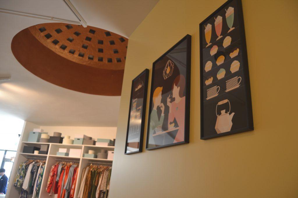 Photo de jolies affiches sur mur jaune