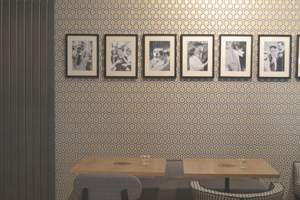 Photo de tables sur lesquelles il est possible de manger
