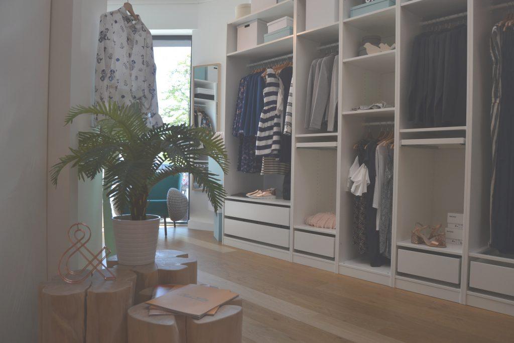 Photo d'étagères de vêtements