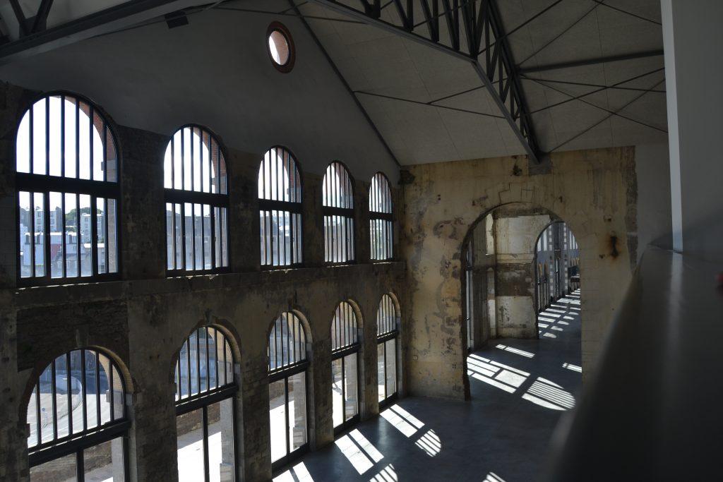 Photo d'un des murs intérieurs avec des énormes fenêtres
