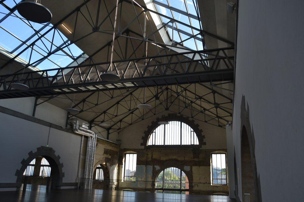 Photo d'une autre nef des Ateliers avec un focus sur le plafond