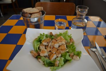 Assiette d'une salade de poulet, parmesan et salade