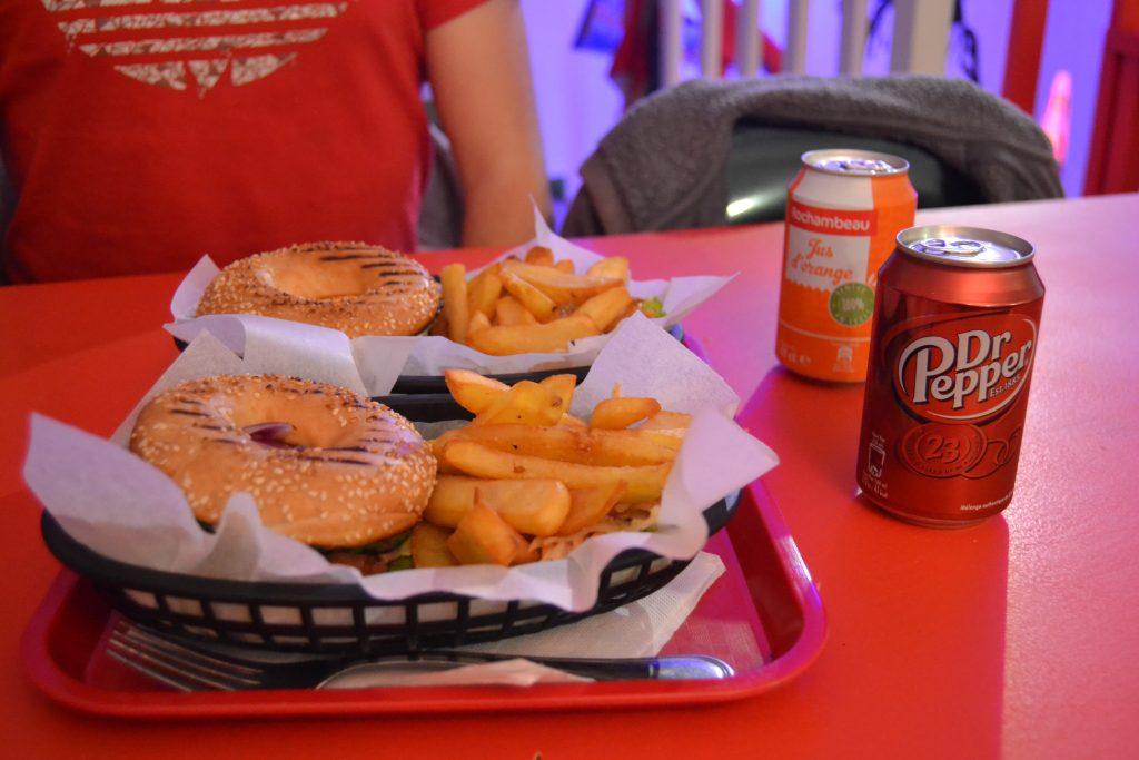 Photo de mon bagel, des frites qui l'accompagnent et d'une canette de Dr. Pepper