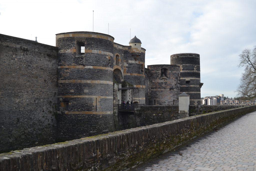 Photo de l'entrée du château par la promenade du bout du monde