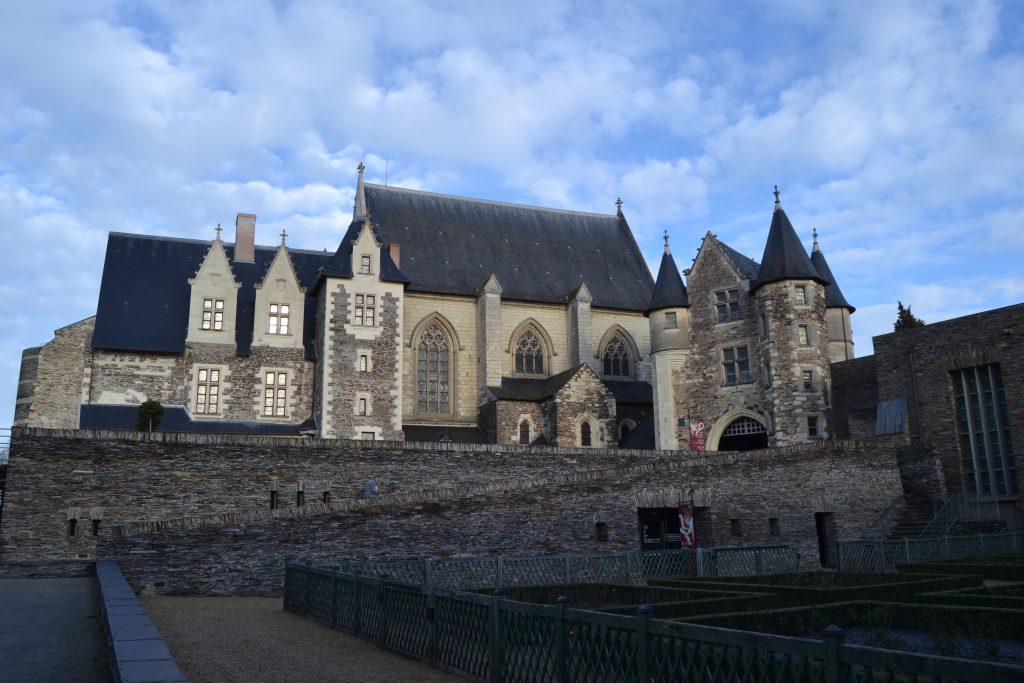 Photo d'un des logis du château de l'extérieur