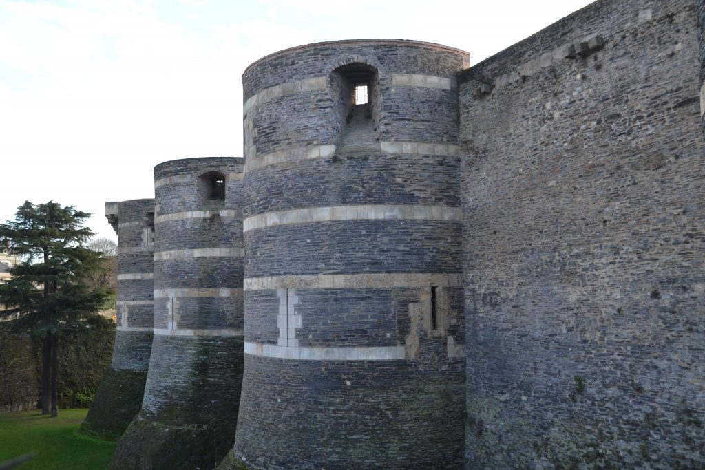 Photo de l'extérieur des murailles du château