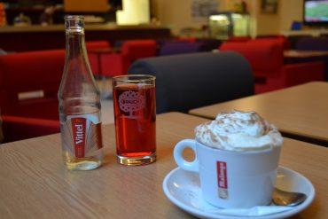 Photo de nos consommations c'est-à-dire un vittel fraise et un chocolat viennois