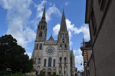 Photo du parvis de la cathédrale Notre-Dame de Chartres