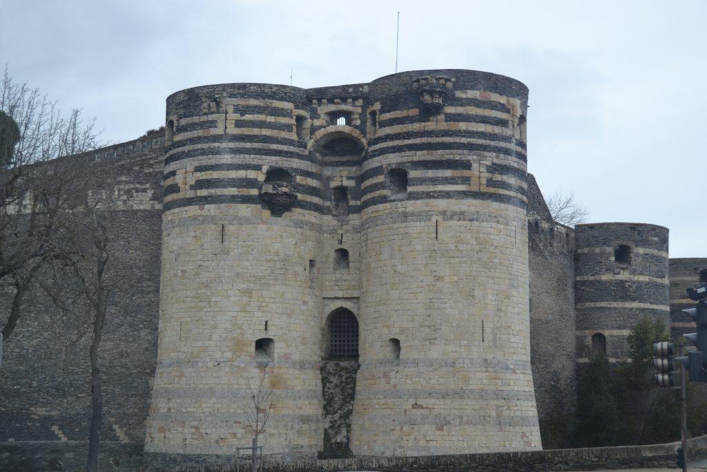 Photo d'une des entrées du château, entourée par deux énormes tours