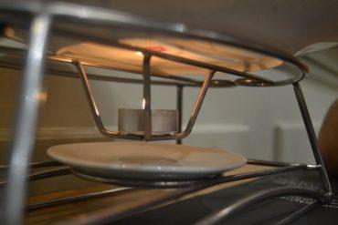 Phot de l'installation avec une bougie chauffe-pkat qui permet de garder l'assiette au chaud