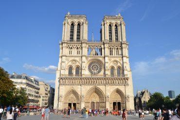 Photo du parvis de la cathédrale de Notre-Dame de Paris