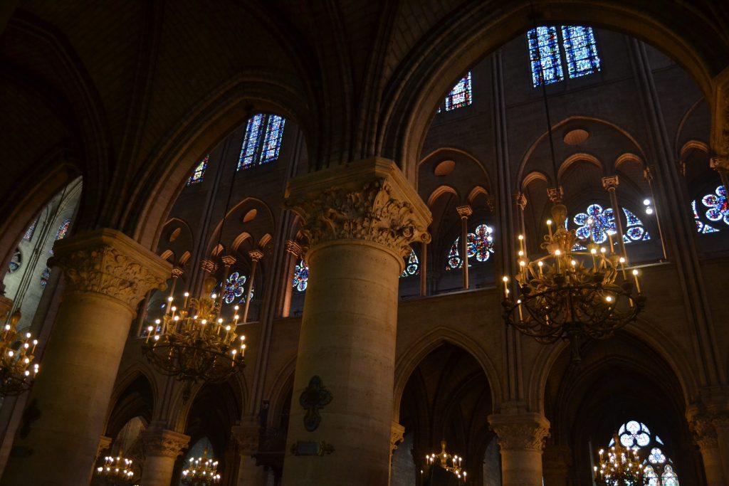 Photo de l'intérieur de la cathédrale de Notre-Dame de Paris