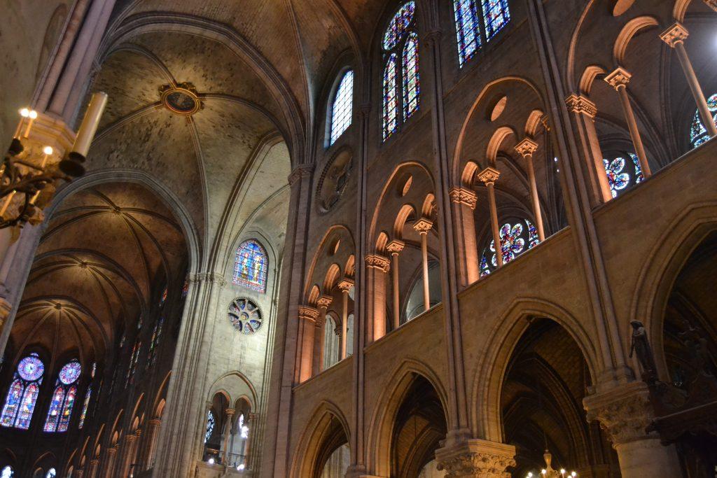 Photo de l'intérieur de la cathédrale Notre-Dame de Paris
