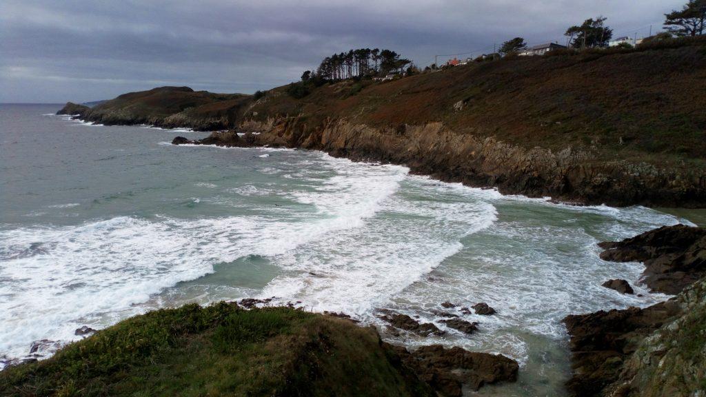 Photo de la mer et des vagues vues depuis la falaise