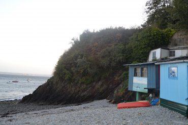 Photo d'une des cabane avec la mer en arrière plan