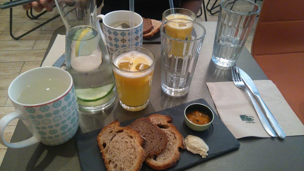 Photo d'un autre partie de mon brunch avec les tartines et le thé et toujours le jus de cannes