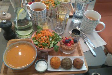 Photo de mon brunch avec les boulettes, le gaspacho, la salade et le jus de cannes