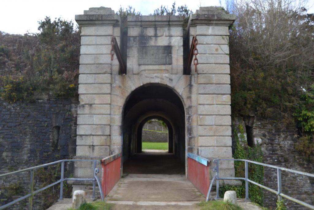 Entrée du Fort du Questel ave un pont-levis