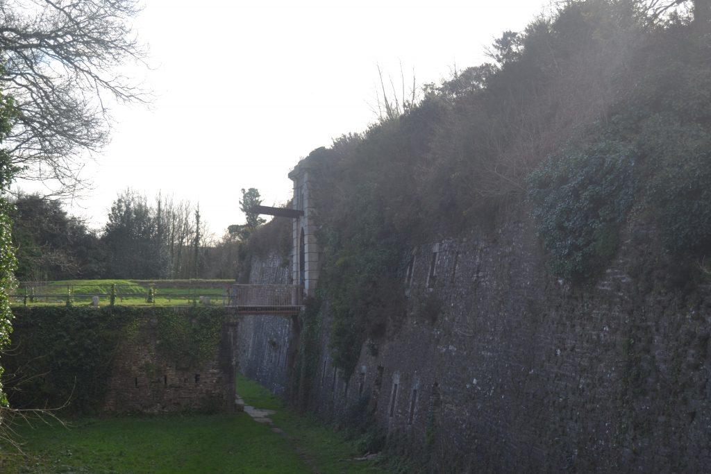 Photo de l'enceinte du fort avec le pont-levis