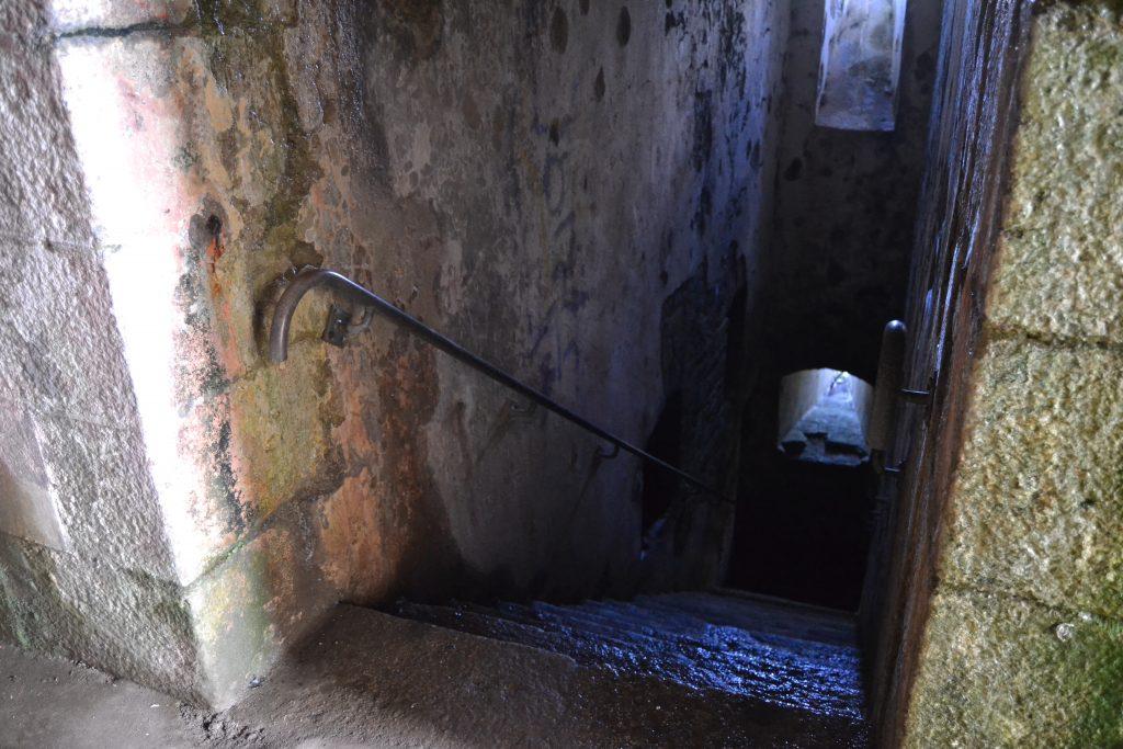 Photo d'un escalier de pierre qui s'enfonce au sous-sol