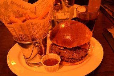 Photo de mon assiette remplie de mon burger, mes frites et la sauce