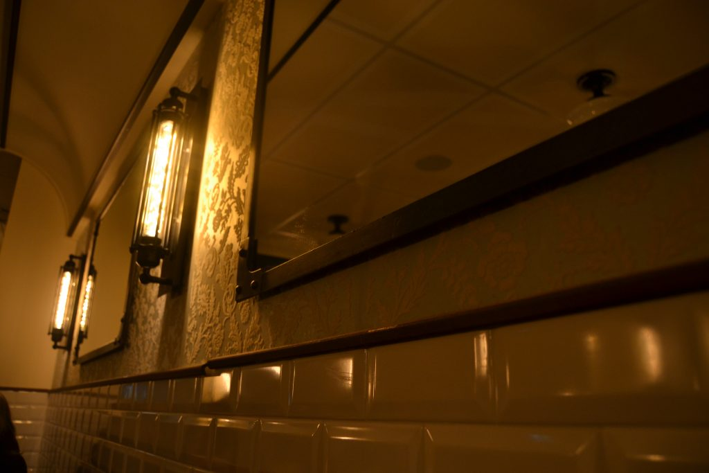 """Photo d'un des murs esprit """"gare"""""""