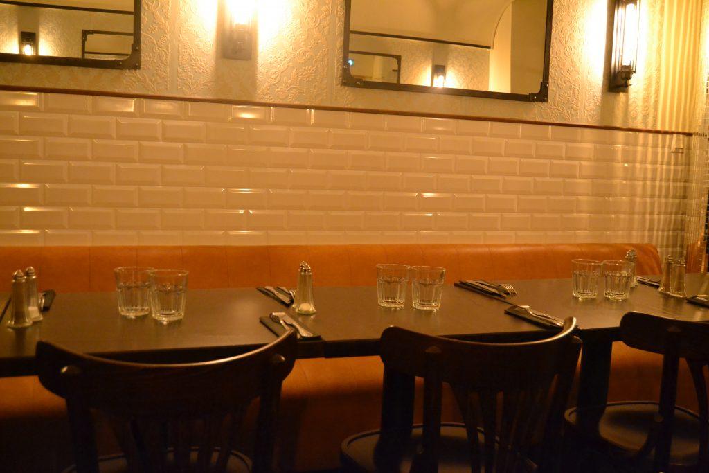 Photo de la salle avec des tables