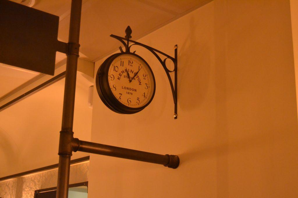 Photo d'une horloge esprit gare accrochée au mur