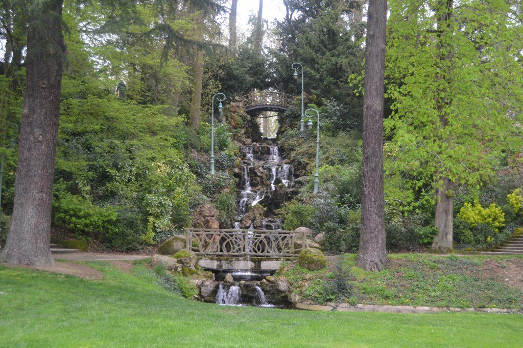 Photo d'une cascade entre les arbres