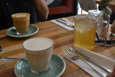 Phot de nos boissons, un chaï latte, un iced tea et un capucino