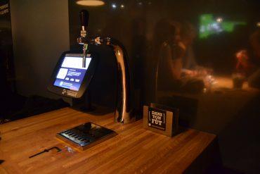 Photo d'une tireuse à bière mise à disposition sur une table