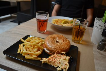 Photo d'un bagel, d'une portion de frites et de coleslaw