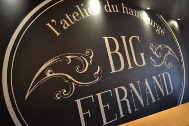 """Photo d'un mur noir où est inscrit """"l'atelier du hamburgé"""" et """"Big Fernand"""""""
