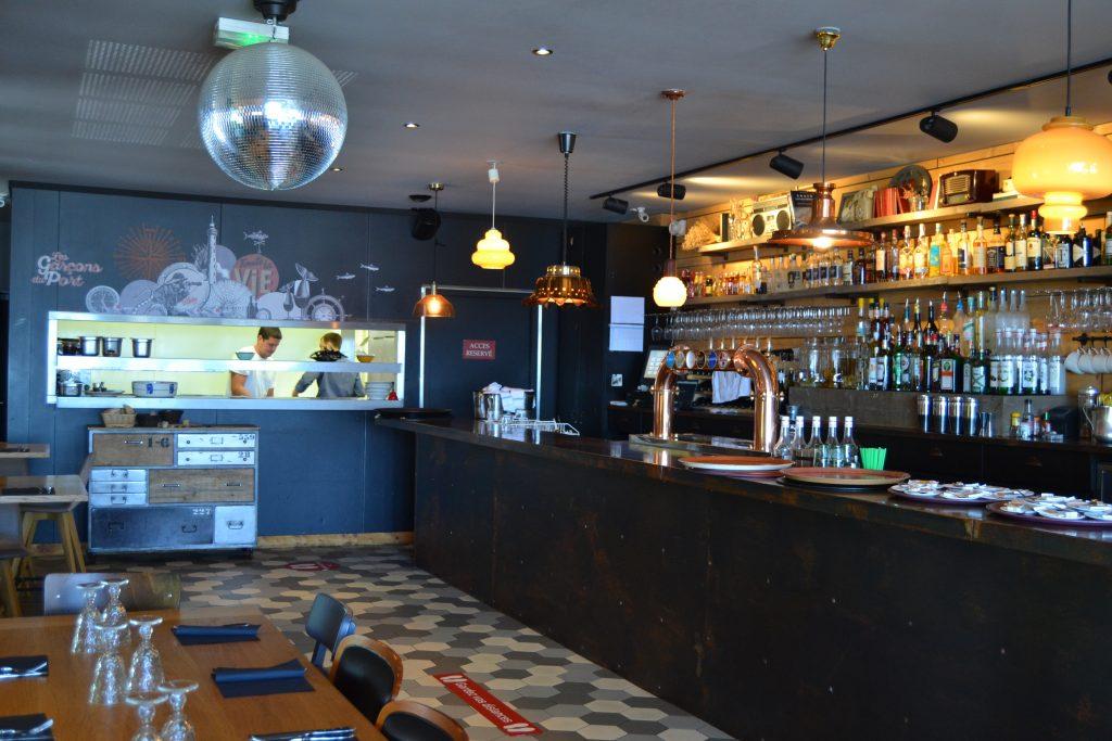Photo du fond du restaurant avec le bar et vue sur la cuisine