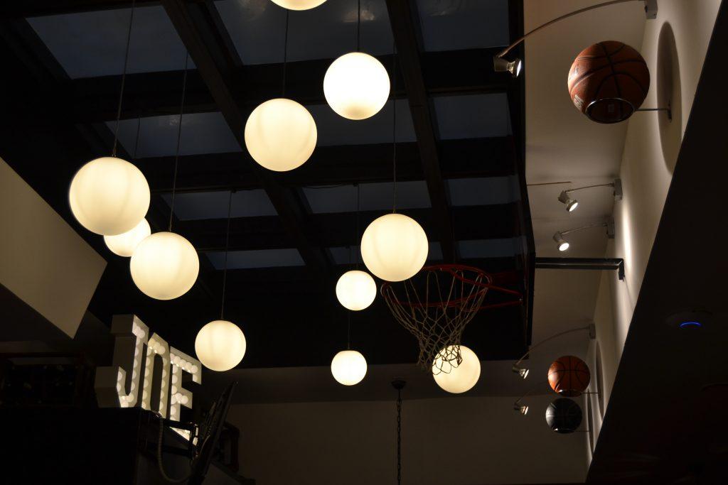 Photo du plafond avec des paniers et ballons de basketball