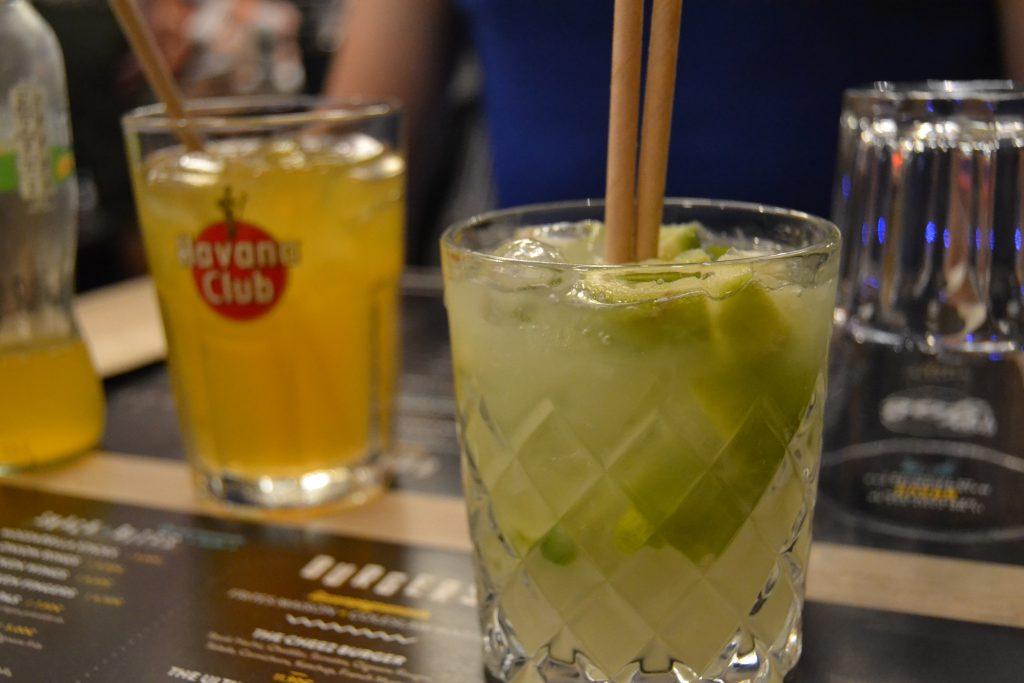 Photo des verres de Caïpirinha et Tropico