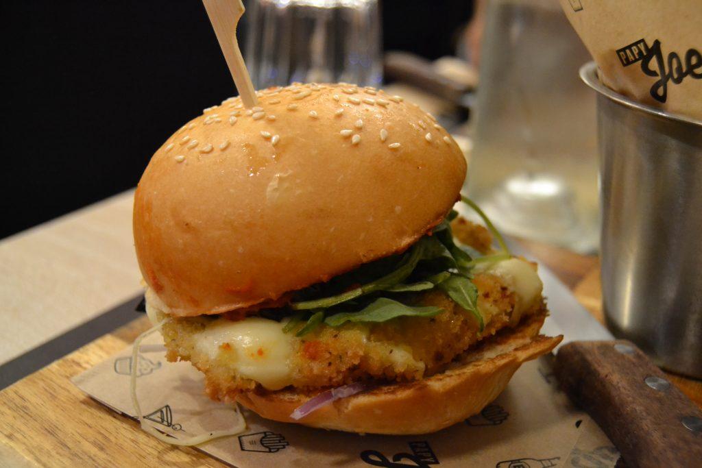 Photo prise de près du burger Little Italy